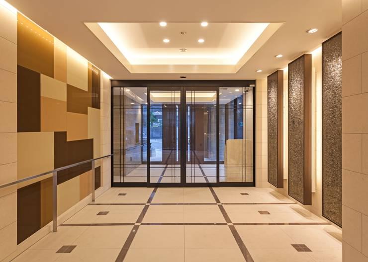光のコンポジションが創りだすエントランス空間: STUDIO AZZURROが手掛けたホテルです。