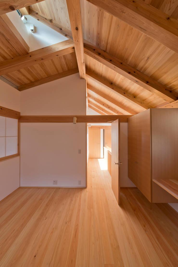 「高円寺の家」寝室ハイサイドライト: 株式会社松井郁夫建築設計事務所が手掛けた寝室です。