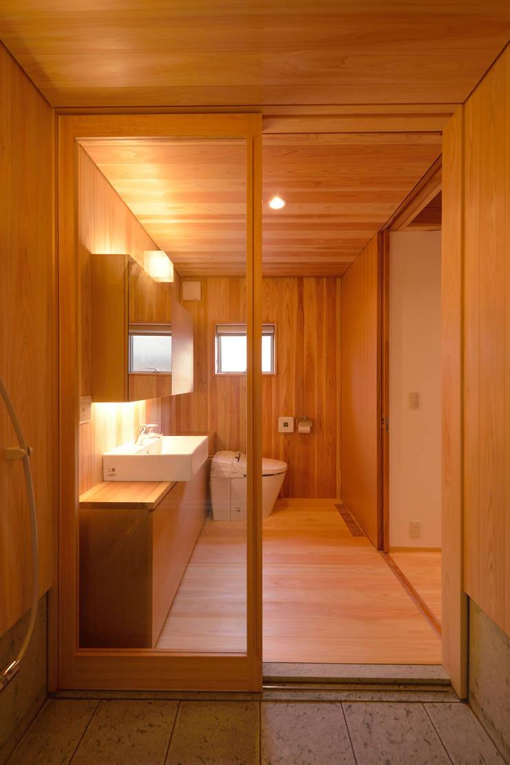 「高円寺の家」洗面脱衣室: 株式会社松井郁夫建築設計事務所が手掛けた浴室です。