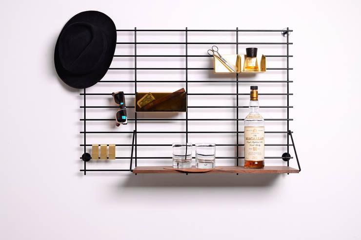 LOOPHOLE walnut black: minimalistische Eetkamer door Atelier Belge