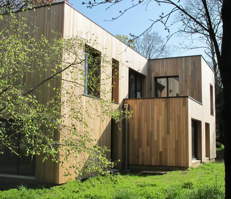 Maison au milieu des arbres: Maisons de style  par F. DEMAGNY ARCHITECTE