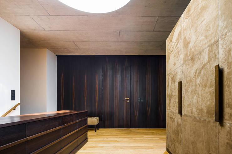 Couloir et hall d'entrée de style  par marte-huchler