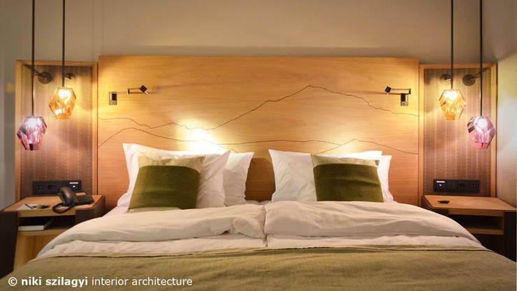 Arabella Alpen Resort & Spa Hotel:  Schlafzimmer von niki szilagyi interior architecture