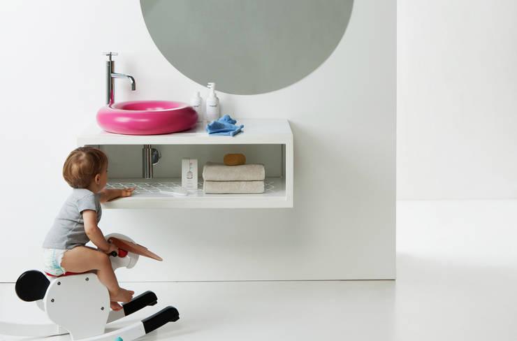 Lavabo SALVAGENTE sobre mueble CASCO.: Baños de estilo moderno de Boing Original