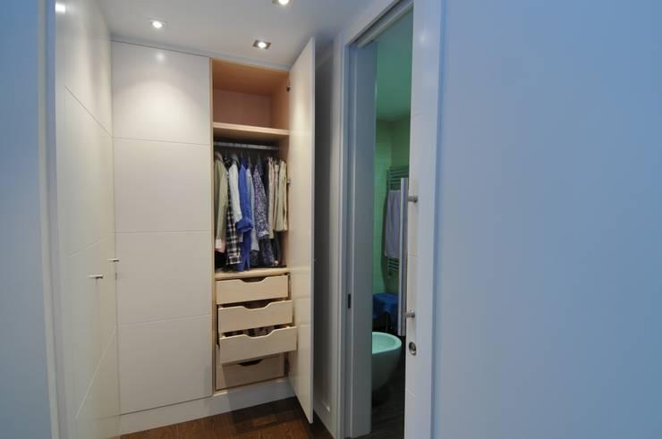 Vestidores y closets de estilo  por PRIBURGOS SLU