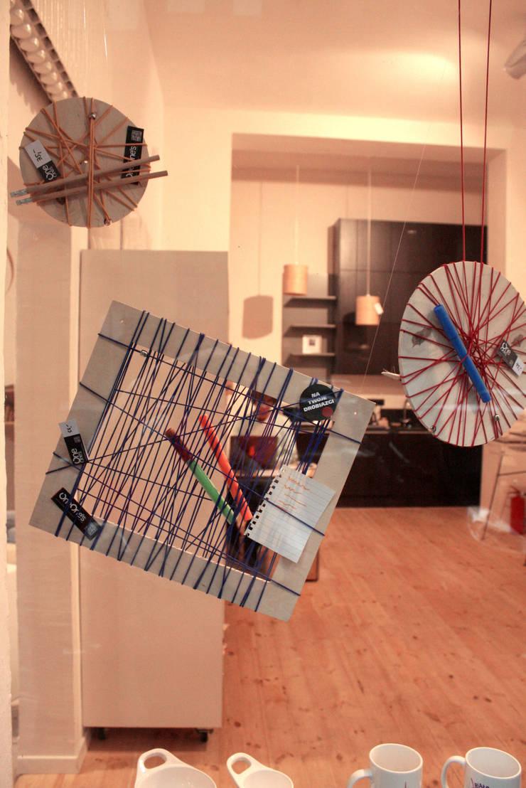 Instalacja String Out! w Kuratorium w Warszawie: styl , w kategorii Domowe biuro i gabinet zaprojektowany przez OneOnes Creative Studio