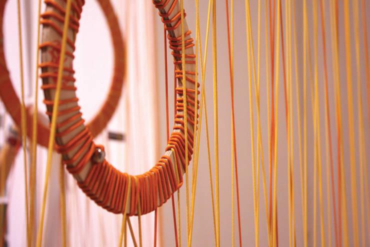 Instalacja String Out! w Kuratorium w Warszawie: styl , w kategorii Muzea zaprojektowany przez OneOnes Creative Studio