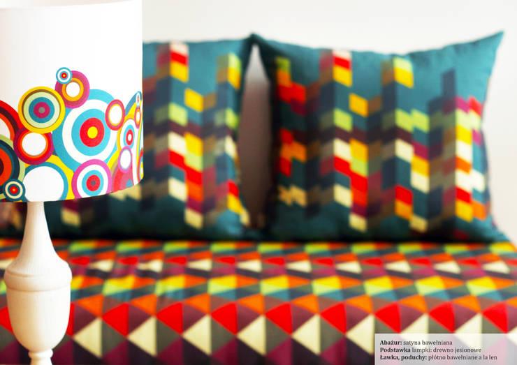 Ławka, lampka: styl , w kategorii Salon zaprojektowany przez Wzory i Kolory