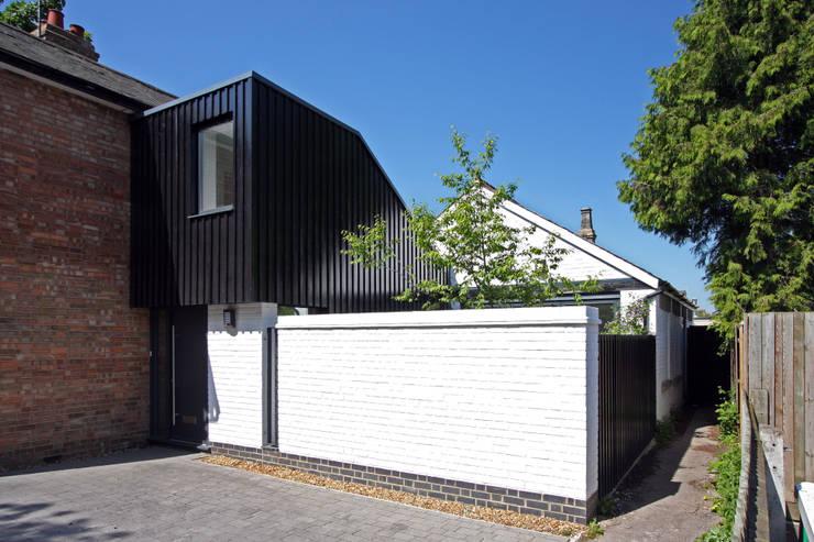 Casas de estilo escandinavo por NRAP Architects