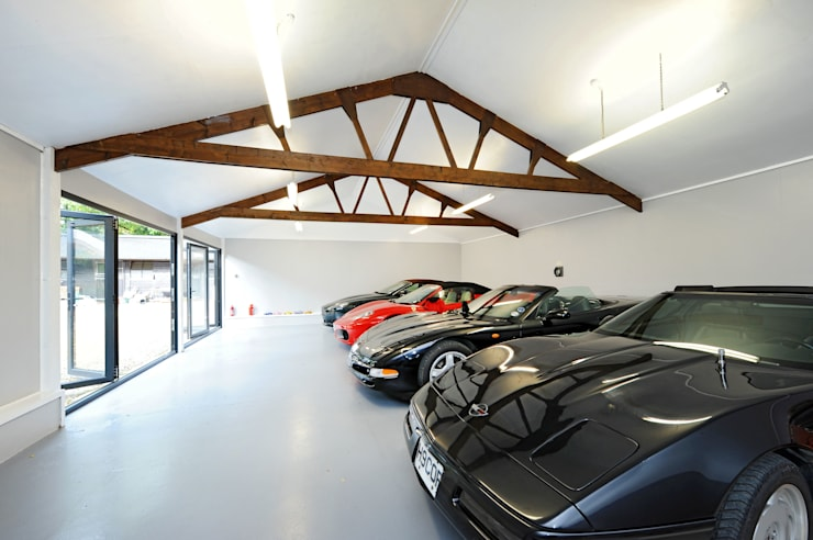 Garage conversion for luxury cars: modern Garage/shed by ROCOCO