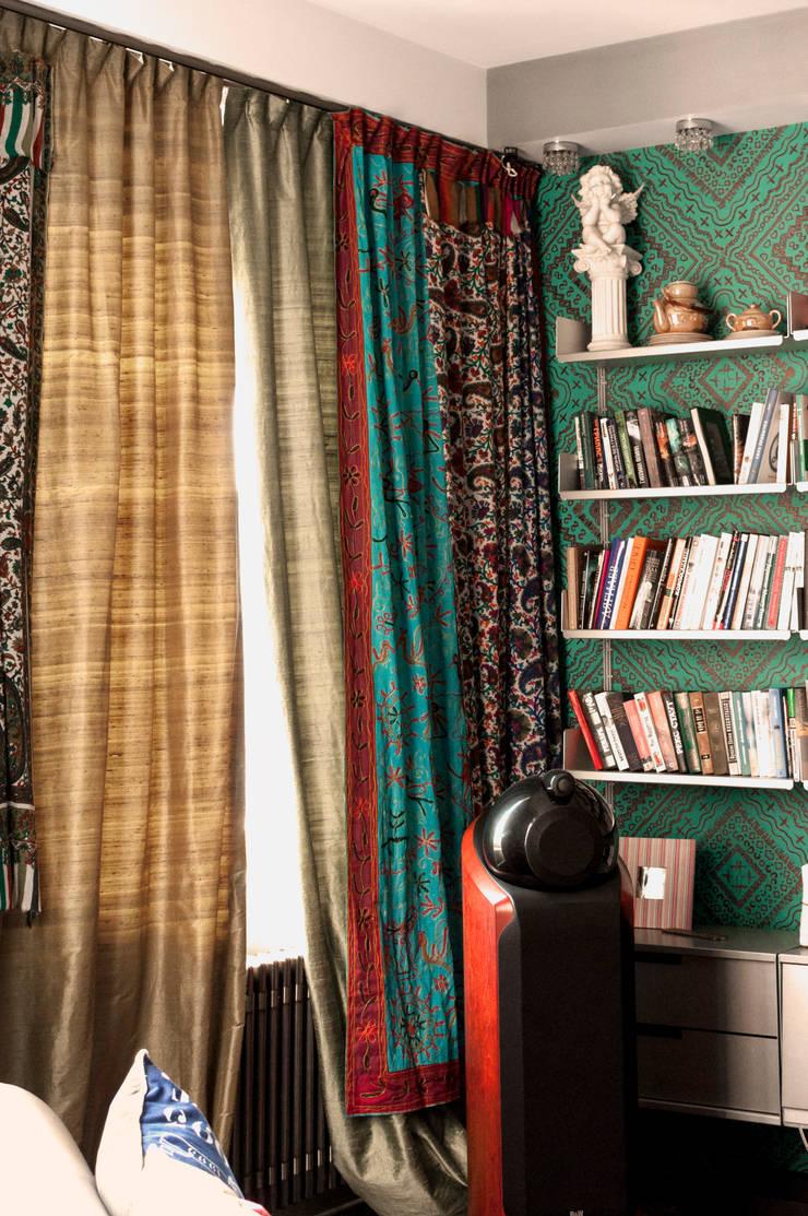 Солнечные окна даже зимней ночью. Декоративное оформление окон в реконструированном интерьере.: Гостиная в . Автор – Бюро Акимова и Топорова, Модерн
