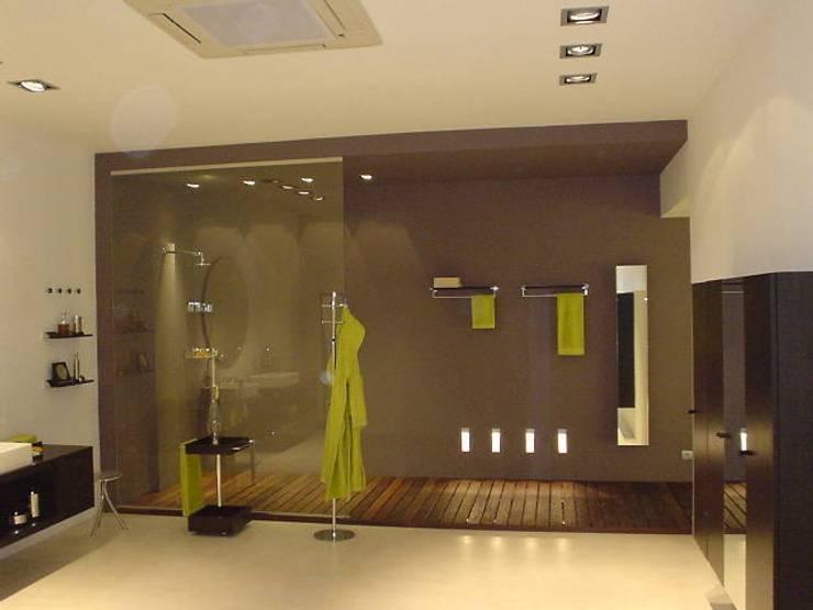 SHOWROOM EN BARCELONA: Espacios comerciales de estilo  de RIART I ASSOCIATS