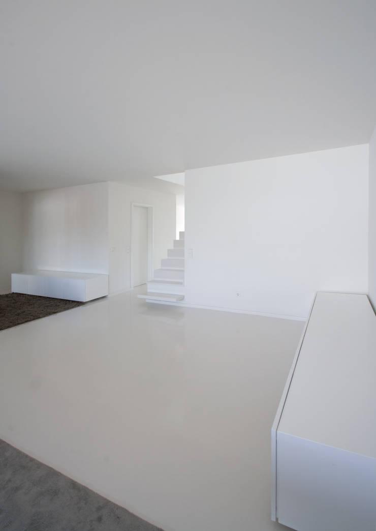 Apartamento no Porto – Portugal: Salas de estar  por Cláudio Vilarinho Arquitectura e Design Lda