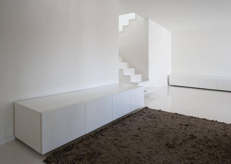 Apartamento no Porto – Portugal: Corredores e halls de entrada  por Cláudio Vilarinho Arquitectura e Design Lda