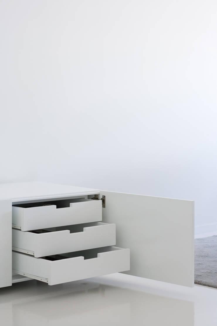 Apartamento no Porto – Portugal: Sala de estar  por Cláudio Vilarinho Arquitectura e Design Lda
