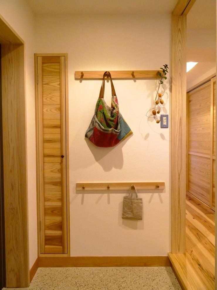 玄関(改修後): 一級建築士事務所Bois設計室が手掛けたスカンジナビアです。,北欧