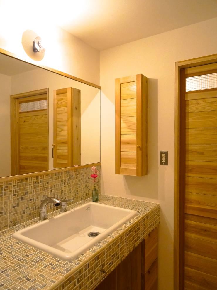 洗面所(改修後): 一級建築士事務所Bois設計室が手掛けたスカンジナビアです。,北欧