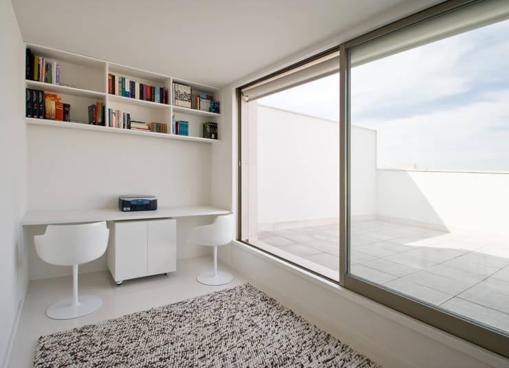 Apartamento no Porto - Portugal: Escritórios e Espaços de trabalho  por Cláudio Vilarinho Arquitectura e Design Lda