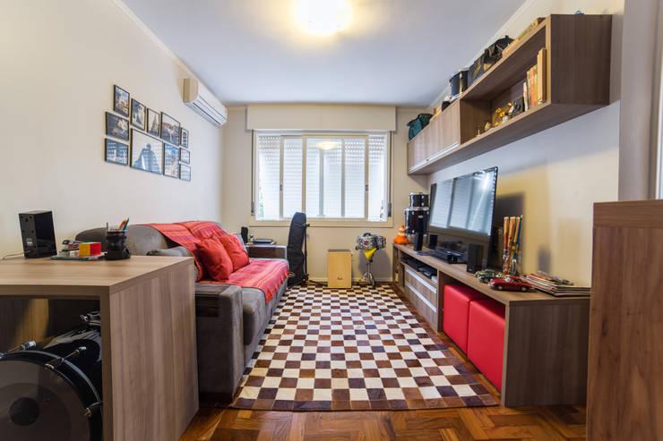 Living room by Liana Salvadori Arquitetura e Interiores