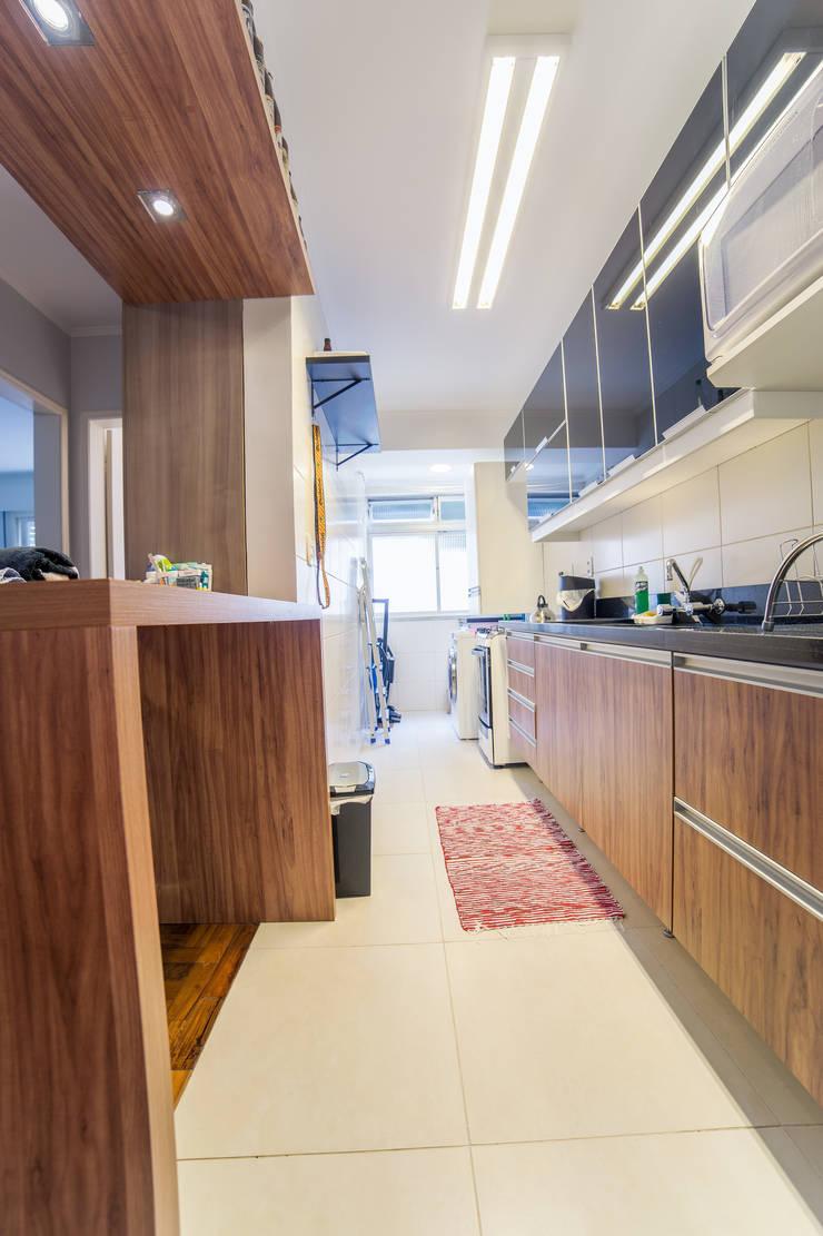 Kitchen by Liana Salvadori Arquitetura e Interiores
