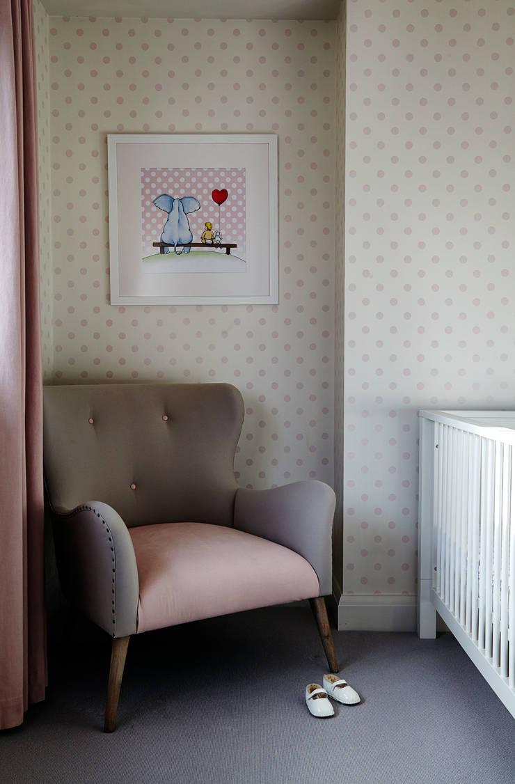 Nursery Chambre d'enfant moderne par Studio Duggan Moderne
