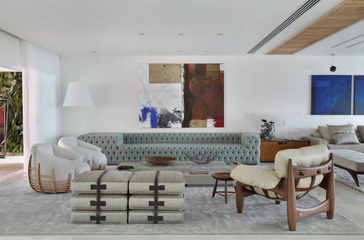 Arquitetura Residencial | Casa de luxo na Barra da Tijuca: Salas de estar  por Leila Dionizios Arquitetura e Luminotécnica