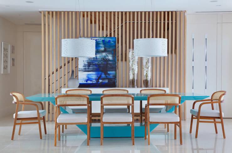 Arquitetura Residencial | Casa de luxo na Barra da Tijuca: Salas de jantar  por Leila Dionizios Arquitetura e Luminotécnica