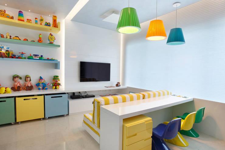Arquitetura Residencial | Casa de luxo na Barra da Tijuca: Quarto infantil  por Leila Dionizios Arquitetura e Luminotécnica