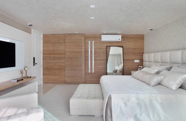 Arquitetura Residencial | Casa de luxo na Barra da Tijuca: Quartos  por Leila Dionizios Arquitetura e Luminotécnica