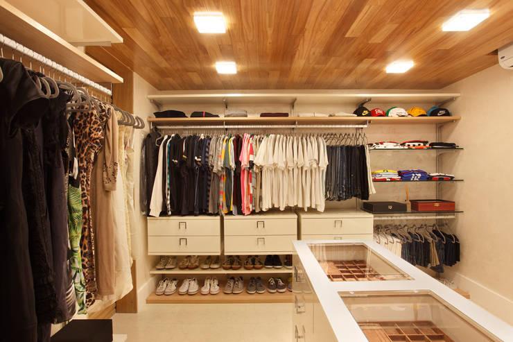 Dressing room by Leila Dionizios Arquitetura e Luminotécnica