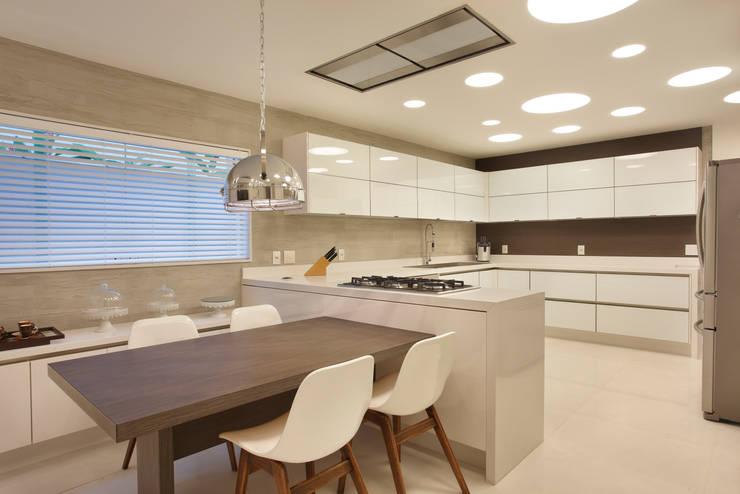 Arquitetura Residencial | Casa de luxo na Barra da Tijuca: Cozinhas  por Leila Dionizios Arquitetura e Luminotécnica