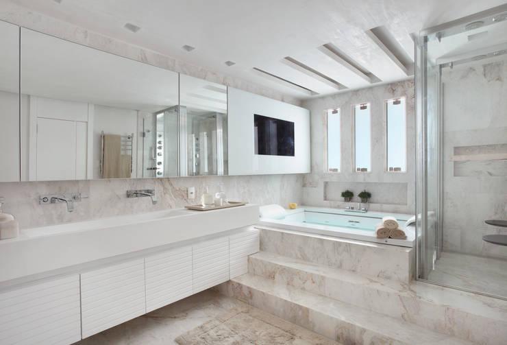 Arquitetura Residencial | Casa de luxo na Barra da Tijuca: Banheiros  por Leila Dionizios Arquitetura e Luminotécnica