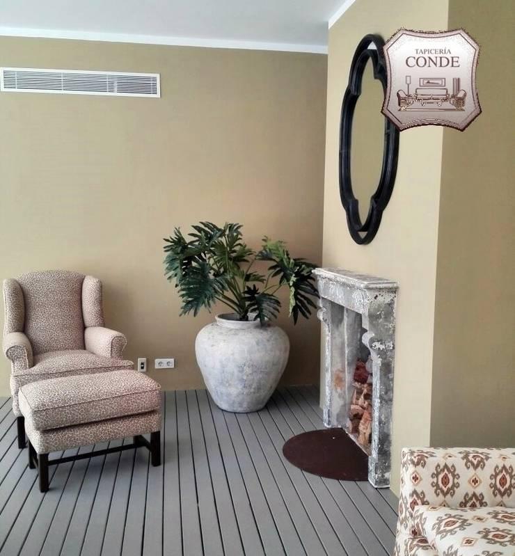 Tapizado de sillón y reposapies: Salones de estilo  de Tapicería Conde