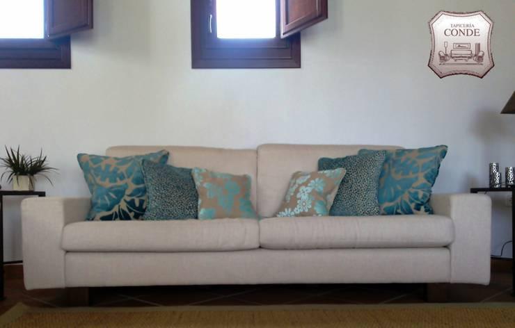 Confección de Sofá, cojines y alfombra: Salones de estilo  de Tapicería Conde