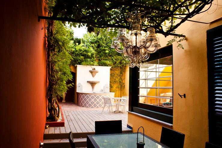 Patio interior modernista: Terrazas de estilo  de CID DELTA, SA