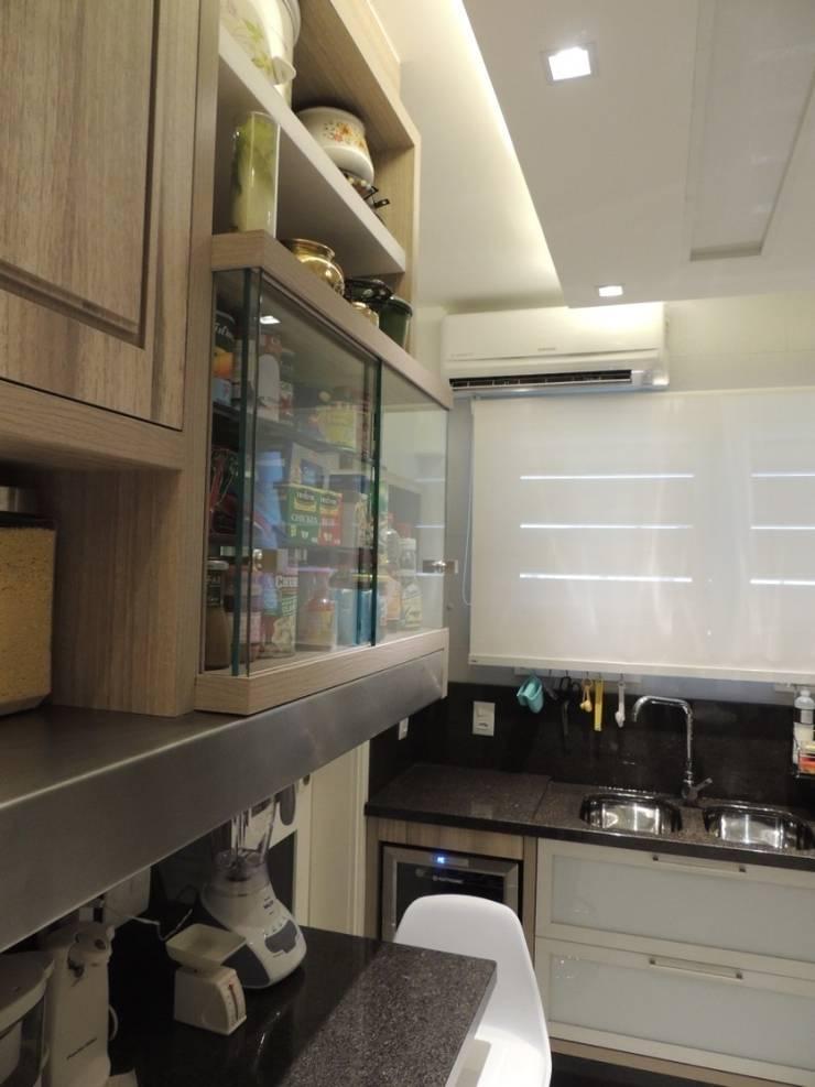 Vitrine de temperos e prateleira revestida em aço inox : Cozinhas  por Dariano Arquitetura,Moderno