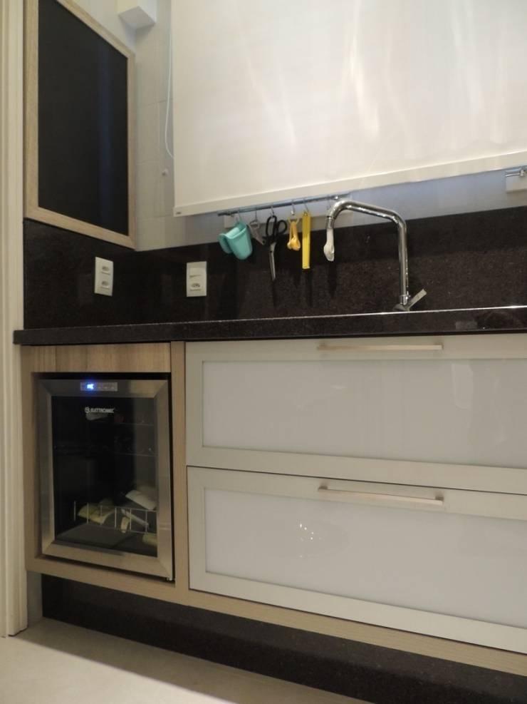 Aproveitamento de gaveta sobre adega: Cozinhas  por Dariano Arquitetura,Moderno