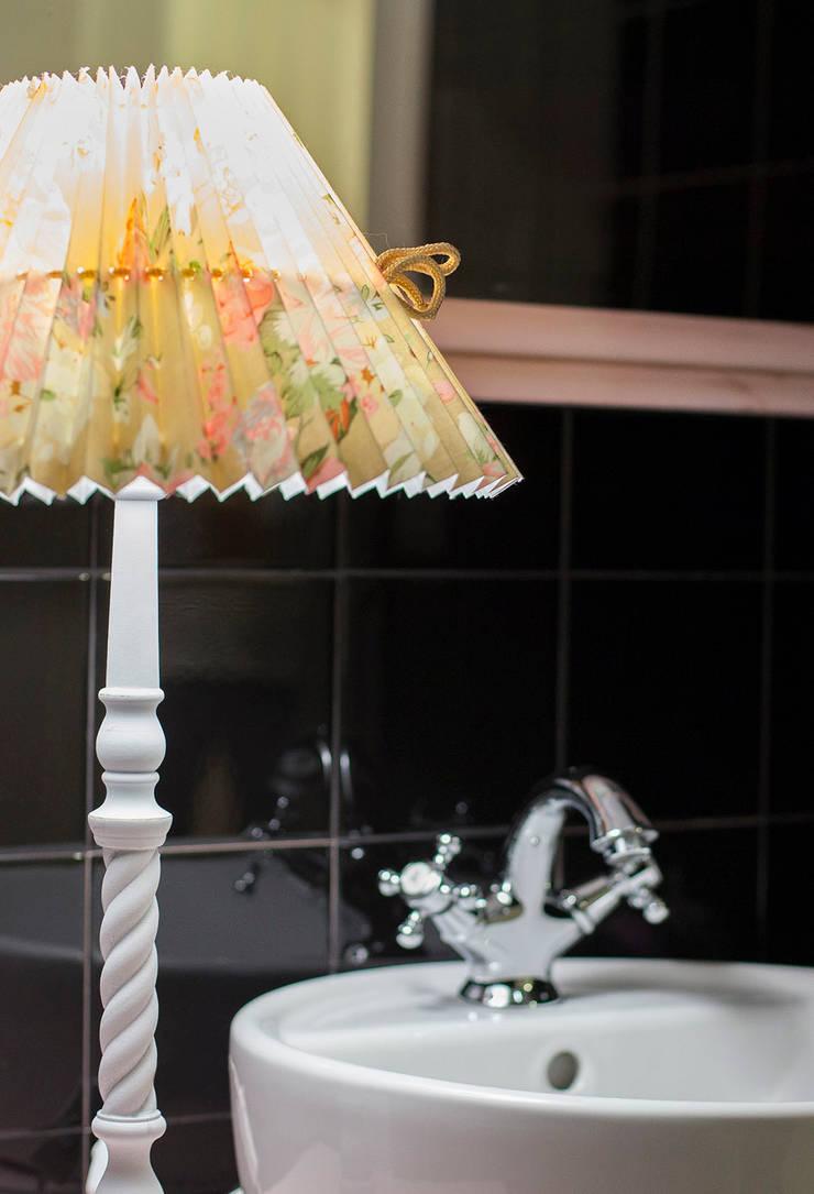 LAMPARA DE SOBREMESA: Baños de estilo  de PRIBURGOS SLU