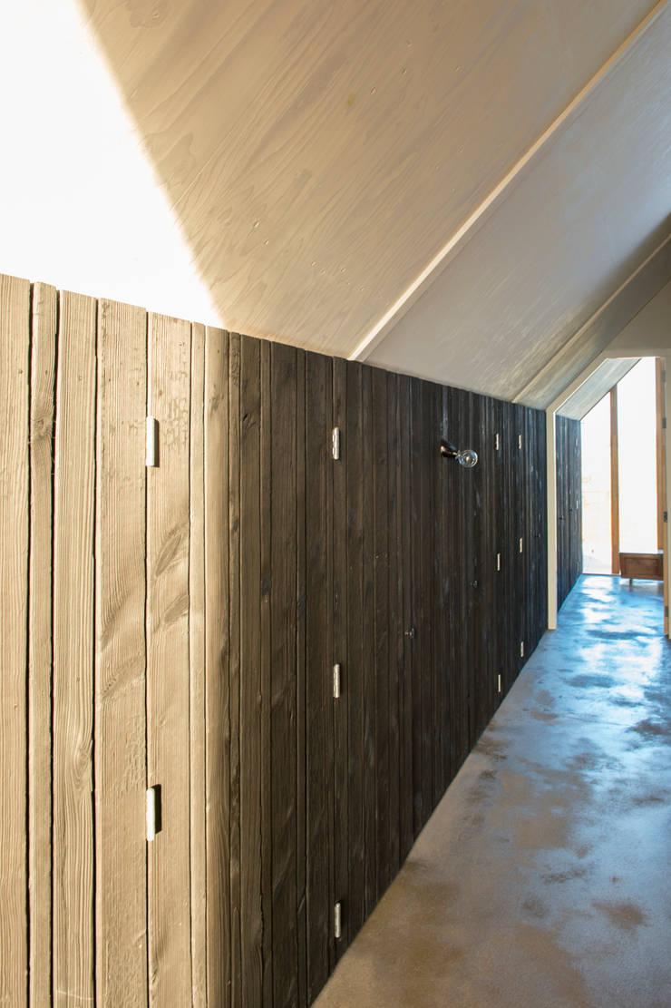 Blackbird interior:  Mediakamer door Zwarthout Shou Sugi Ban