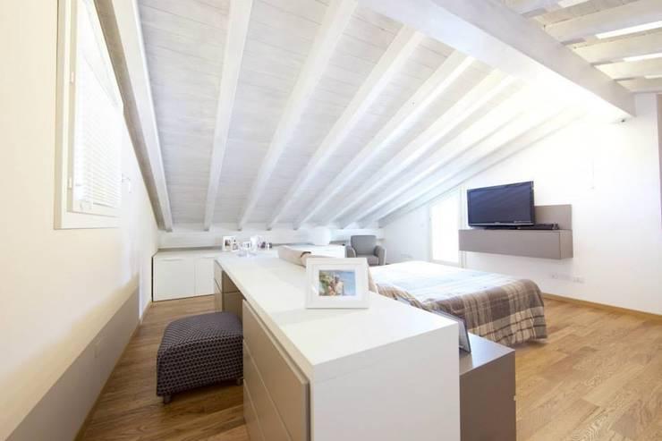 Prospettiva camera da letto: Camera da letto in stile  di Modularis Progettazione e Arredo