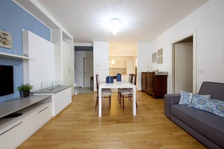 Zona living: Sala da pranzo in stile  di Modularis Progettazione e Arredo