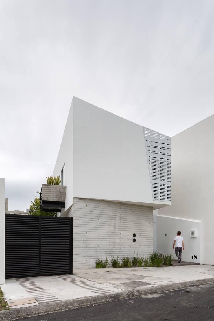 Fachada Ten House: Casas de estilo  por Taller ADC Architecture Office