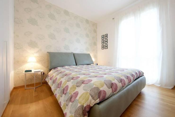 Prospettiva letto camera matrimoniale: Camera da letto in stile  di Modularis Progettazione e Arredo