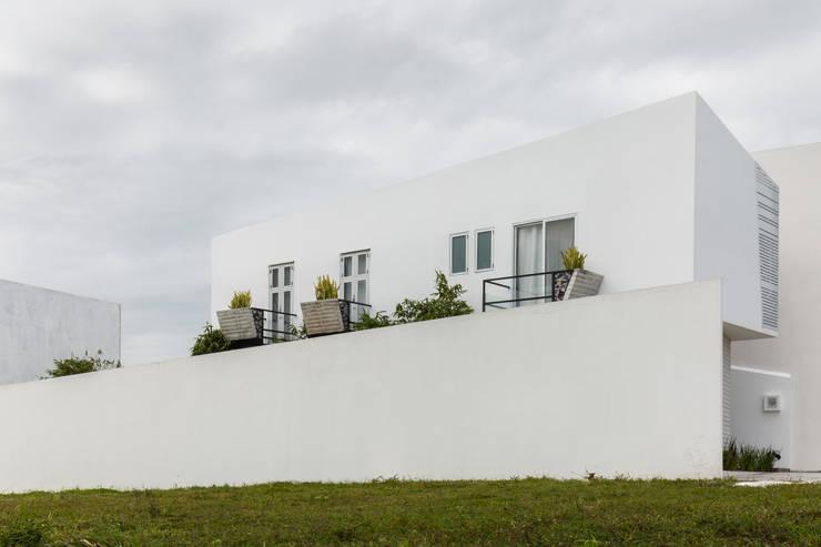 Vista lateral de Ten House: Casas de estilo  por Taller ADC Architecture Office