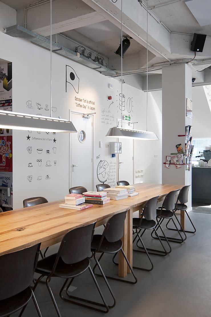 Leestafel:  Bars & clubs door ontwerpplek, interieurarchitectuur, Modern