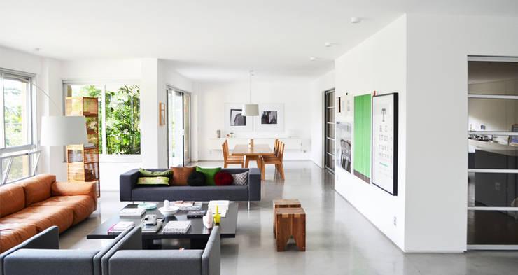 Apartamento Tobias: Salas de estar  por SAO Arquitetura