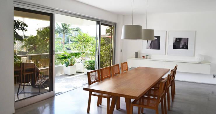 Apartamento Tobias: Salas de jantar  por SAO Arquitetura