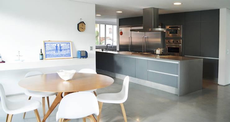 Apartamento Tobias: Cozinhas  por SAO Arquitetura