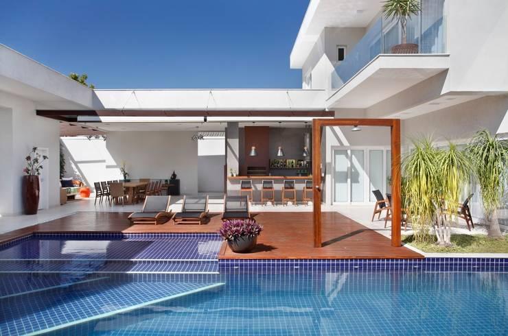 Residência Santa Monica Jardins VL: Piscina  por ANGELA MEZA ARQUITETURA & INTERIORES