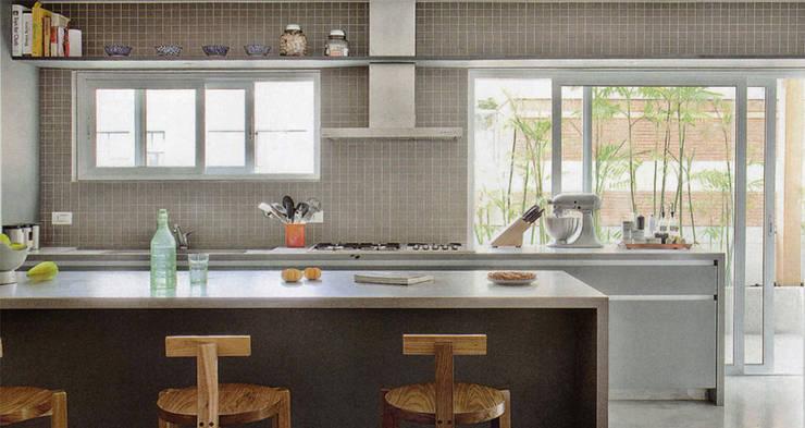 Apartamento Oliver: Cozinhas modernas por SAO Arquitetura